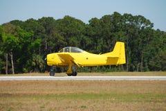 Aeroplano giallo dell'annata Fotografia Stock