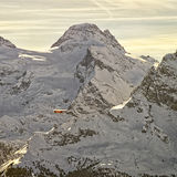 Aeroplano giallo in volo nelle alpi dello svizzero di inverno Immagine Stock Libera da Diritti