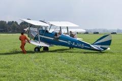 Aeroplano histórico con el piloto y los mecánicos Foto de archivo