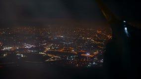 Aeroplano illuminato di notte della città archivi video