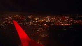 Aeroplano illuminato di notte della città stock footage