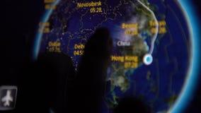 aeroplano 4K que va a Holanda Mapa de la información del vuelo en un monitor de la cabina almacen de video