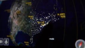 aeroplano 4K que va a Nueva York Mapa de la información del vuelo en un monitor de la cabina metrajes
