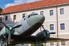 Aeroplano Li-2 en el museo del aire abierto de SNP en Banska Bystrica, Eslovaquia foto de archivo libre de regalías
