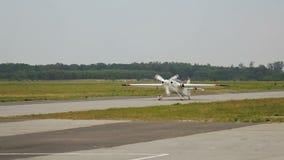 Aeroplano ligero con el propulsor que se mueve a lo largo de la pista lista para sacar, aviación almacen de video
