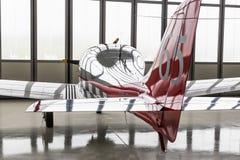 Aeroplano ligero parqueado en hangar Fotos de archivo