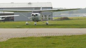 Aeroplano ligero que lleva en taxi en el campo de aviación - 4 k del propulsor almacen de video