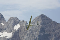 Aeroplano modelo controlado de radio en vuelo Imagenes de archivo