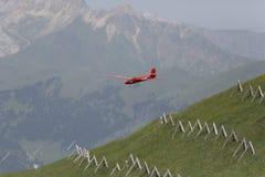 Aeroplano modelo controlado de radio en vuelo Fotos de archivo