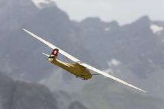 Aeroplano modelo controlado de radio en vuelo Foto de archivo