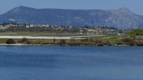 Aeroplano moderno del pasajero que saca del aeropuerto de la isla de Corfú, Grecia almacen de metraje de vídeo