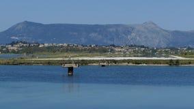 Aeroplano moderno del passeggero che decolla dall'aeroporto dell'isola di Corfù, Grecia archivi video