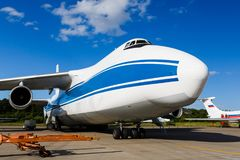 Aeroplano moderno del passeggero parcheggiato al terminale fotografie stock