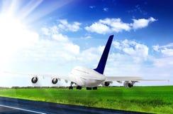 Aeroplano moderno en aeropuerto. Imagenes de archivo