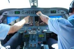 Aeroplano moderno in volo fotografia stock