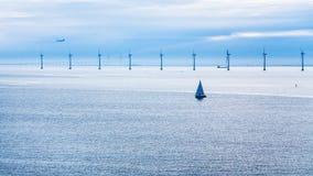 Aeroplano, naves y del puente parque eólico costero cerca Imagen de archivo