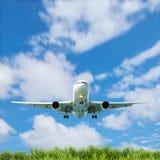 Aeroplano nel cielo con bello paesaggio del cielo blu dell'erba verde Immagine Stock