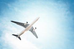 Aeroplano nel cielo e nelle nuvole Fotografie Stock Libere da Diritti