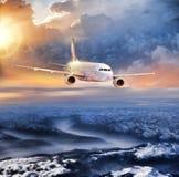 Aeroplano nel cielo sopra le alpi di inverno al tramonto variopinto stupefacente Immagine Stock Libera da Diritti