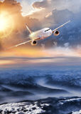 Aeroplano nel cielo sopra le alpi di inverno al tramonto variopinto stupefacente Fotografia Stock Libera da Diritti