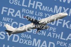 Aeroplano o aerei che decolla con i codici dell'aeroporto Immagini Stock Libere da Diritti