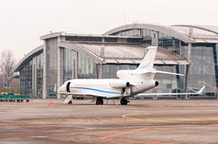 Aeroplano o aviones del jet del negocio con la puerta abierta en el campo de aviación cerca del terminal del aeroport Fotos de archivo