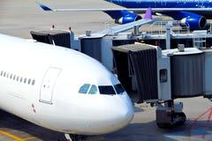 Aeroplano parcheggiato all'aeroporto Immagini Stock Libere da Diritti
