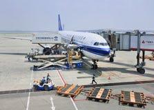 Aeroplano parcheggiato all'aeroporto internazionale del capitale di Pechino Fotografia Stock