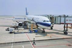 Aeroplano parqueado en el aeropuerto internacional capital de Pekín Fotografía de archivo