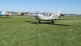 Aeroplano prima del decollo Pilota e copilota che preparano decollare, piccolo aereo all'aeroporto Motore di vecchio aereo video d archivio