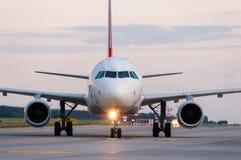 Aeroplano pronto a decollare dalla pista Un grande Immagine Stock