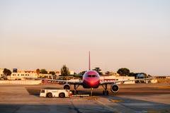 Aeroplano pronto per il decollo su Valencia International Airport fotografia stock libera da diritti