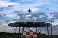 Aeroplano pronto a sbarcare nei colori di tramonto Fotografia Stock