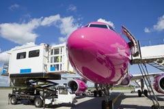 Aeroplano que espera en aeropuerto imagen de archivo