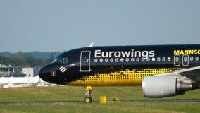 Aeroplano que lleva en taxi al comienzo metrajes