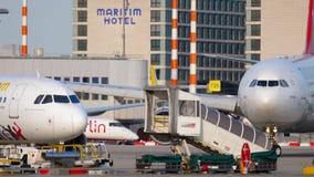 Aeroplano que lleva en taxi antes de salida almacen de metraje de vídeo
