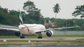 Aeroplano que lleva en taxi después de aterrizar almacen de video