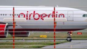Aeroplano que lleva en taxi después de aterrizar almacen de metraje de vídeo