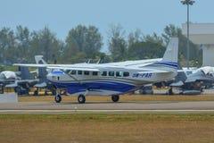 Aeroplano que lleva en taxi en pista imagenes de archivo