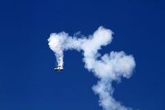 Aeroplano que realiza truco durante salón aeronáutico Imagenes de archivo