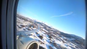 Aeroplano que saca de aeropuerto de Harstad/Narvik Evenes en Noruega septentrional en el Círculo Polar Ártico almacen de metraje de vídeo