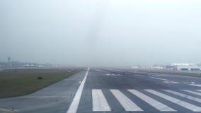 Aeroplano que saca de pista en el terminal de aeropuerto moderno de Heathrow, Londres en Inglaterra Vuelo de los aviones de adent almacen de metraje de vídeo