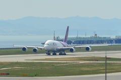 Aeroplano que saca del aeropuerto de Kansai foto de archivo libre de regalías