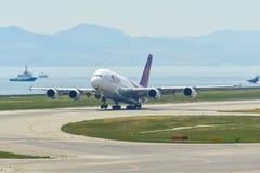 Aeroplano que saca del aeropuerto de Kansai imágenes de archivo libres de regalías