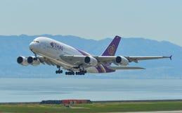 Aeroplano que saca del aeropuerto de Kansai imagen de archivo