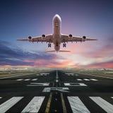 Aeroplano que saca del aeropuerto foto de archivo
