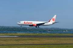 Aeroplano que saca en el aeropuerto Imagen de archivo