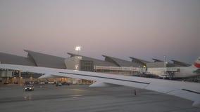 Aeroplano que saca en el aeropuerto internacional de Los Ángeles almacen de video