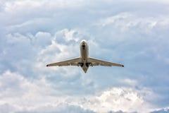 Aeroplano que saca en un cielo dramático Imagen de archivo