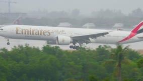 Aeroplano que se acerca al aeropuerto de Phuket en la lluvia almacen de video
